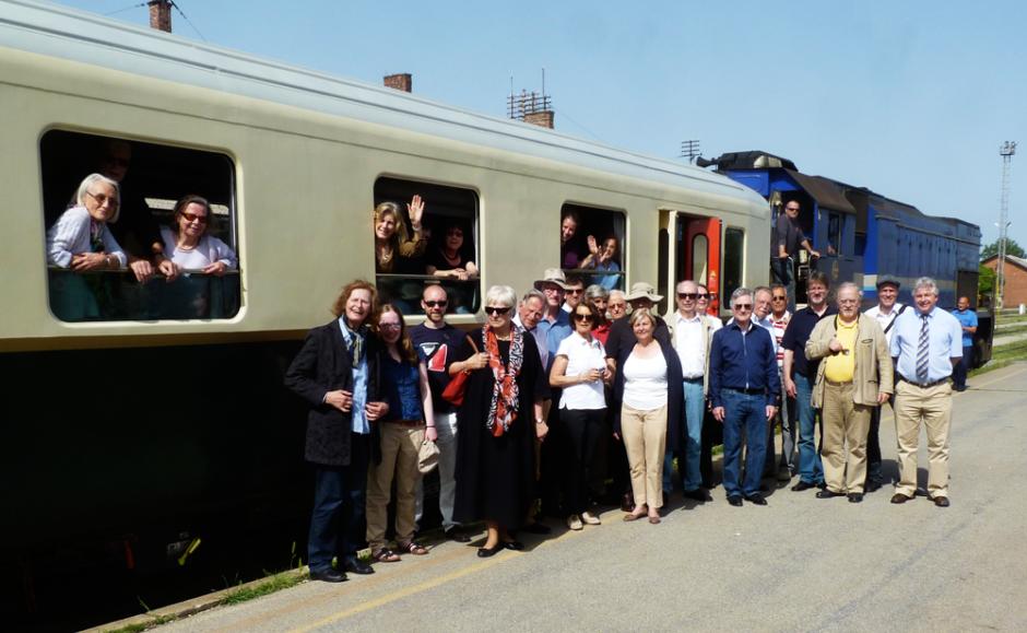 Suzana Lange mit den Teilnehmern der DGAP-Mitgliederreise vor dem Sonderzug