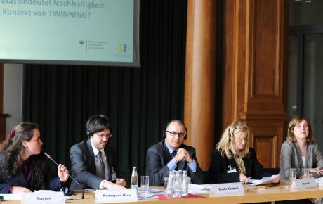 Suzana Lange moderiert eine Podiumsdiskussion zu Nachhaltigkeit im Kontext von Twinning im BMWi. Foto: BMWi