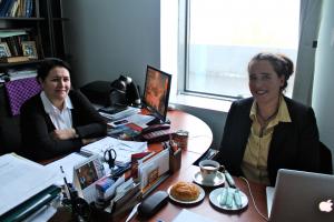 Suzana Lange bei einem Experteninterview zum Thema Wasser im aserischen Umweltministerium